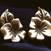 Avon Signed Vintage 1980's Gold Tropical Flower Earrings Golden Floral 70s 80s Photo