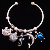 B318 Avon Vintage Style Seaworld Charm Cuff Bracelet New With Originl Box Photo