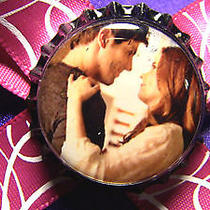 Grimm Nick & Juliette Pink & White Abstract Bow Bottle Cap Hair Clip Fantasy Tv Photo