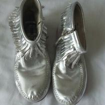 Minnetonka Girls Moccasins Silver Metallic Fringe Zip Up Ankle Boots Size 4 Photo