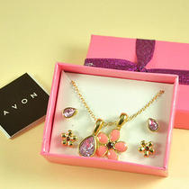 N222 Avon Flower & Teardrop Pendant Necklace & Earrings Set New W/ Original Box Photo
